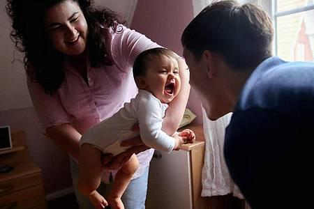 Das erste Jahr mit Kind ist für Eltern oft gleichermaßen schön und anstrengend. Foto: Mascha Brichta/dpa-tmn