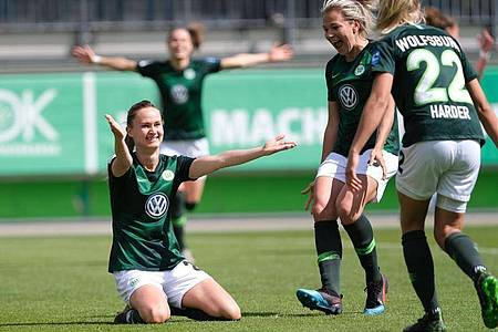 Die Frauen vom VfL Wolfsburg führen die Bundesliga souverän an. Foto: Peter Steffen/dpa