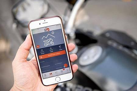 Die App Biker SOS kann nach einem Sturz Hilfe rufen. Foto: Zacharie Scheurer/dpa-tmn