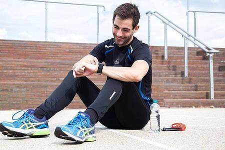 Sportuhren oder Smartwatches bieten oft auch GPS - und damit Karten, Orientierung und Navigation. Foto: Christin Klose/dpa/dpa-tmn