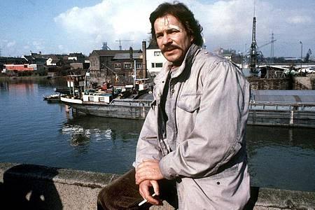 Götz George in seiner Rolle als «Tatort»-Kommissar Schimanski 1981 bei Dreharbeiten. Foto: Martin Athenstädt/dpa