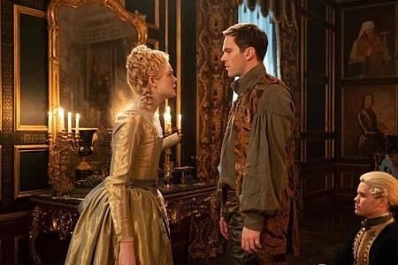 Der Kaiser von Russland (Nicholas Hoult) und die junge Katharina aus Stettin (Elle Fanning). Foto: Ollie Upton/Hulu/Starzplay/Amazon Prime Video/dpa