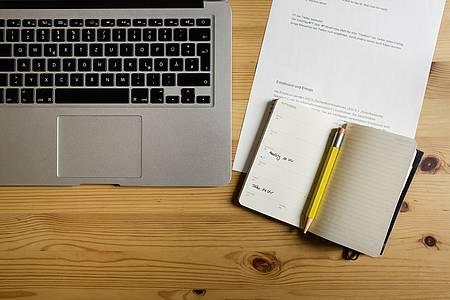 macbook mit kalender und stift