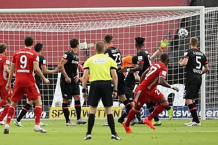 Per Freistoß brachte David Alaba (r) die Bayern in Führung. Foto: Alexander Hassenstein/Getty Images Europe/Pool/dpa