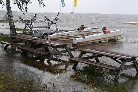 Der Greifswalder Bodden in Greifswald-Wieck im Landkreis Vorpommern-Greifswald ist über die Ufer getreten. Foto: Stefan Sauer/dpa