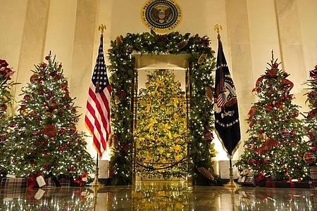 Weihnachtsbäume in der Cross Hall und dem blauen Zimmer. Foto: Patrick Semansky/AP/dpa
