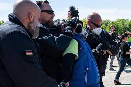 Bei der Demonstration vor dem Reichstagsgebäude wird ein Teilnehmer festgenommen. Foto: Christophe Gateau/dpa