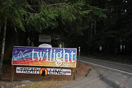 """""""Welcome Twilight-Fans"""" steht auf dem Schild an der Straße zwischen La Push und Forks. Foto: Christina Horsten/dpa"""
