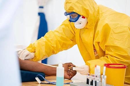 Medizinisches Personal führt einen Coronavirus-Test durch. Foto: Kay Nietfeld/dpa