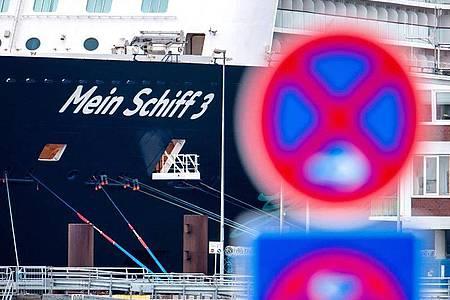 """Das Kreuzfahrtschiff """"Mein Schiff 3"""" der Reederei TUI Cruises. Foto: Hauke-Christian Dittrich/dpa"""