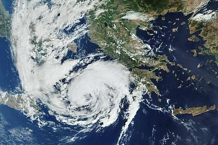 Das Satellitenbild vom Erdbeobachtungssatellit Kopernikus Sentinel-3 zeigt den Wirbelsturm «Ianos», der im Mittelmeer das Ionische Meer überquert und Griechenland sich nähert. Foto: Sentinel-3/ESA/dpa