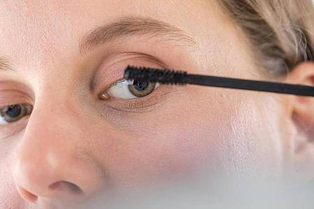 Ein Tipp der Experten für das richtige Schminken im Büro lautet: Die obere Wimpernreihe stark tuschen, die untere nur leicht. Das wirkt frisch. Foto: Christin Klose/dpa-tmn