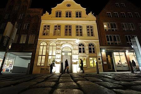 Der Umbau des Lübecker Buddenbrookhauses wird erheblich teurer und dauert länger als geplant. Foto: Angelika Warmuth/dpa