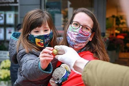 Vielerorts gilt momentan eine Maskenpflicht. Das soll vor allem andere Menschen vor einer Ansteckung mit dem Coronavirus schützen. Foto: Mascha Brichta/dpa-tmn