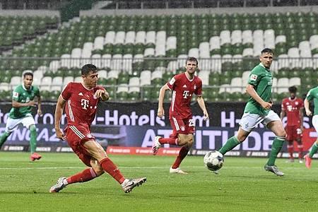 Robert Lewandowski (l) stelle mit seinem Tor die Weichen auf Sieg in Bremen. Foto: Martin Meissner/AP-Pool/dpa