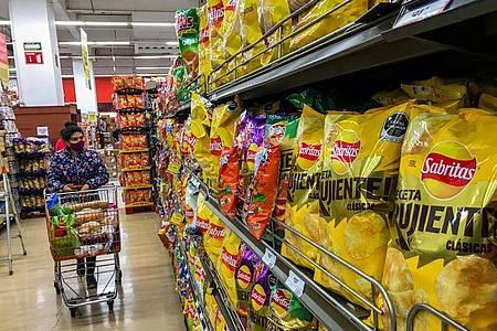 «Kalorienreich», steht auf Chips-Packungen in einem Supermarkt. 70 Prozent der Erwachsenen sowie ein Drittel der Kinder und Jugendlichen sind in Mexiko übergewichtig. Foto: Jair Cabrera/dpa