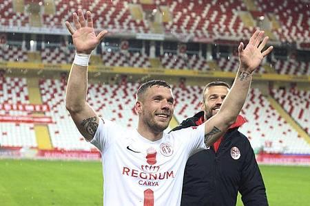 Freut sich über den Heimsieg von Antalyaspor vor leeren Rängen: Lukas Podolski. Foto: Uncredited/AP/dpa
