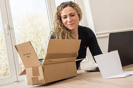 Wer im Internet etwas auf Rechnung kauft, bekommt oft Post von einem Dienstleister. Denn viele Händler haben die Zahlungsabwicklung ausgelagert. Foto: Christin Klose/dpa-tmn