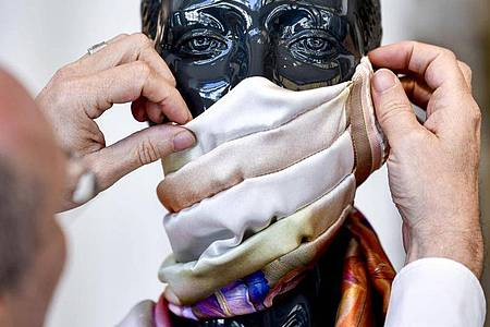 Manche nutzen Alltagsmasken auch als modisches Accessoire - an entsprechenden Angeboten mangelt es nicht. Foto: Kirsten Neumann/dpa-tmn