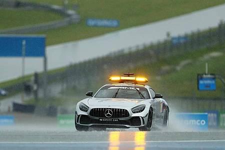 Ein Safety Car fährt probeweise über den nassen Red-Bull-Ring. Foto: Darko Bandic/AP Pool/dpa