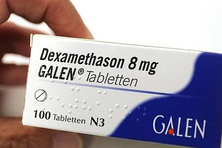 Ein Wirkstoff aus der Gruppe der Kortikosteroide ist Dexamethason. Analysen zeigten, dass es die Sterberate bei bestimmten Covid-19-Patienten vermindern kann. Foto: Oliver Berg/dpa