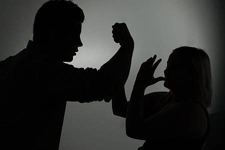 Während der Ausgangsbeschränkungen kommt es auch vermehrt zu häuslicher Gewalt. Foto: Jan-Philipp Strobel/dpa/Symbolbild