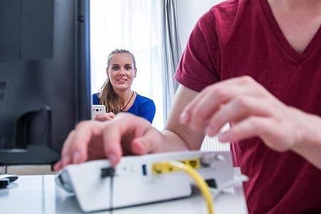 Ein Router, viele Möglichkeiten: Warum sollte das Gerät nur einemHaushalt dienlich sein?. Foto: Christin Klose/dpa-tmn