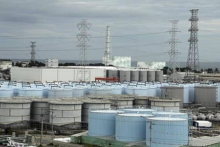 Die ständig wachsende Menge an gefiltertem, aber immer noch leicht radioaktivem Wasser auf dem Gelände des zerstörten Atomkraftwerks verursacht langsam Platzprobleme. Foto: Pablo M. Diez/Diario ABC Pool/AP/dpa