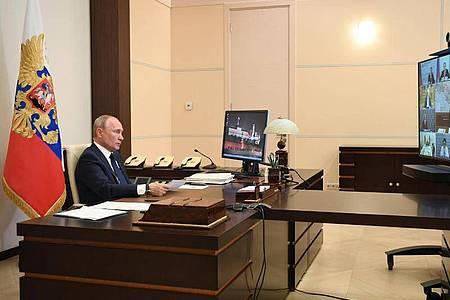 Wladimir Putin, Präsident von Russland, wendet sich per Videokonferenz aus dem Anwesen Nowo-Ogarjowo in einer Fernsehansprache an die Nation. Foto: Alexei Nikolsky/Pool Sputnik Kremlin/AP/dpa