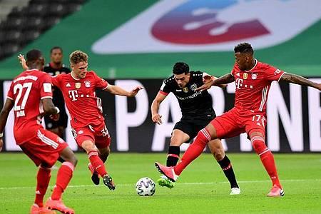 Leverkusens Nadiem Amiri (2.v.r.) sieht sich gleich drei Bayern-Spielern gegenüber. Foto: Robert Michael/dpa-Zentralbild/Pool/dpa