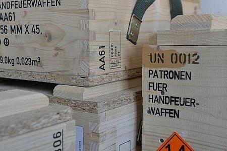 Kisten mit Patronen für Handfeuerwaffen. Foto: picture alliance / Franziska Kraufmann/dpa