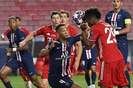 Kingsley Coman (r) köpfte das 1:0 für den FCBayern. Foto: Lluis Gene/Pool AFP/AP/dpa
