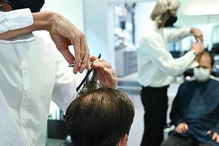 Ein höherer Mindestlohn und Ausgaben für Hygienemaßnahmen haben zu höheren Friseurpreisen geführt. Foto: Arne Dedert/dpa/Archiv