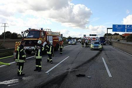 Feuerwehr- und Polizeifahrzeuge nach dem Unfall auf der A66. Foto: -/5vision.media/dpa