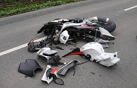 Am Motorrad entstand Totalschaden.