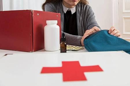 Alles vollständig und noch haltbar? Das Verbandszeug im Haushalt sollte man regelmäßig kontrollieren. Foto: Christin Klose/dpa-tmn