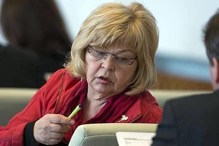 Die damalige Abgeordnete im Landtag von Mecklenburg-Vorpommern, Barbara Borchardt (Die Linke), ist am 21.03.2013 im Landtag in Schwerin zu sehen. Foto: Jens Büttner/dpa-Zentralbild/dpa