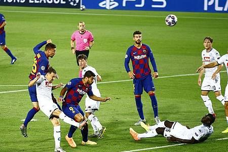 Barcelonas Clement Lenglet (2.vl) erzielt das Tor zum 1:0. Foto: Joan Monfort/AP/dpa