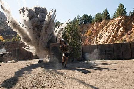Caleb Landry Jones muss im Film als Specialist Ty Michael Carter in Afghanistan ums Überleben kämpfen. Foto: -/Telepool/dpa