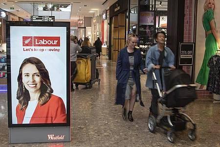 Auf Stimmenfang: Eine elektronische Plakatwand in einem Einkaufszentrum, die ein Foto der neuseeländischen Premierministerin Jacinda Ardern zeigt. Foto: Mark Baker/AP/dpa