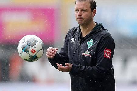 Werder-Trainer Florian Kohfeldt geht optimistisch in das Relegations-Rückspiel. Foto: Friedemann Vogel/EPA/Pool/dpa