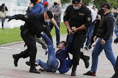 Polizisten nehmen einen Demonstranten während einer Kundgebung in Minsk Mitte Juli fest. Foto: Sergei Grits/AP/dpa