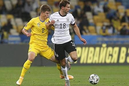 Leon Goretzka (r) und Eduard Sobol (Ukraine) kämpfen um den Ball. Foto: Efrem Lukatsky/AP/dpa