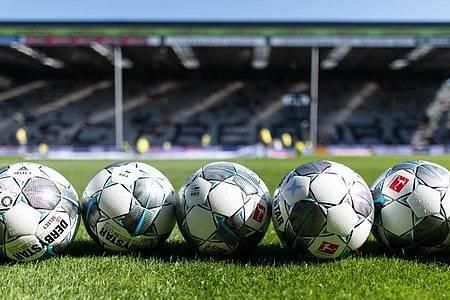Das Coronavirus wirbelt den Zeitplan im Fußball durcheinander. Foto: Patrick Seeger/dpa