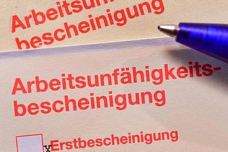 Die Menschen in Deutschland dürfen sich bei leichten Atemwegserkrankungen nun zwei Wochen am Telefon krankschreiben lassen. Foto: Patrick Pleul/zb/dpa