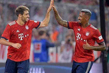 Bei Bayern vor einer ungewissen Zukunft: Javi Martínez (l) und Jérôme Boateng. Foto: Peter Kneffel/dpa