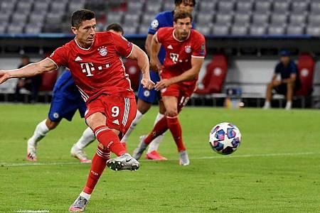 Münchens Robert Lewandowski erzielt den Treffer zum 1:0 per Elfmeter. Foto: Sven Hoppe/dpa