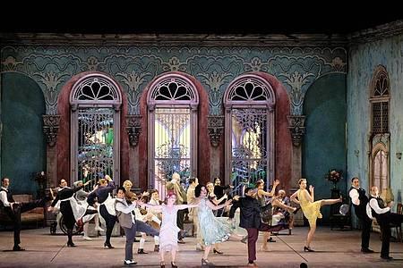Das Ensemble spielt bei einer Probe zur Neuinszenierung der Oper «Carlo il Calvo». Foto: Falk von Traubenberg/Ophelias Culture PR/dpa