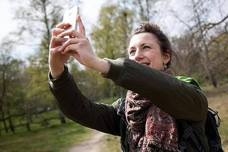 So geht das: Natürliches Licht, ausgestreckte Arme und das Smartphone ein Stück über Augenhöhe halten. Foto: Christin Klose/dpa-tmn