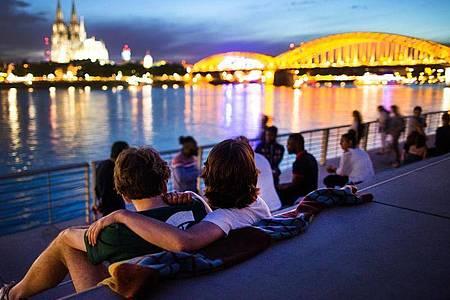 Sonnenuntergang auf dem neuen Rheinboulevard mit Blick auf den Dom. Für den «Glücksatlas 2020» haben Experten die Zufriedenheit der Menschen in Deutschland untersucht. Foto: picture alliance / dpa